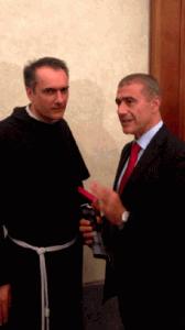Alfonso Pecoraro Scanio con il custode del Sacro Convento di Assisi, Padre Mauro Gambetti.